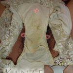 剛毛な熟女の股間の前でお披露目するシミ付きオバパンの汚れ